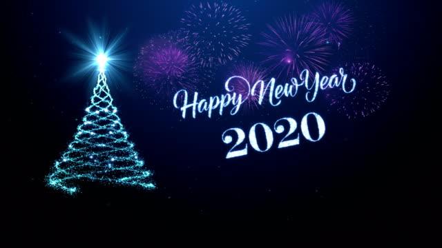 vidéos et rushes de arbre de noel avec la nouvelle année heureuse souhaitant pour l'année 2020 dans le bleu - carte de noël