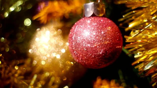 stockvideo's en b-roll-footage met kerstboom met ornamenten en intreepupil verlichting - kerstversiering