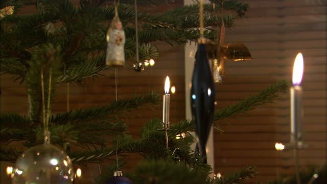 cu td tu christmas tree with ornaments / nuremberg, bavaria, germany - kerze stock-videos und b-roll-filmmaterial