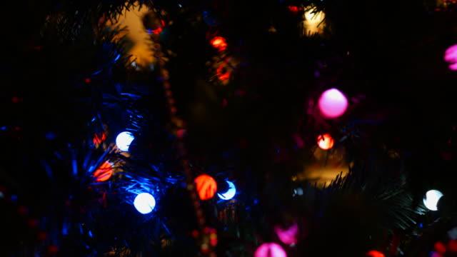 Sapin de Noël avec des décorations