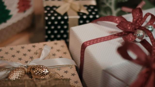 クリスマスツリーとは、その前に - 贈り物点の映像素材/bロール
