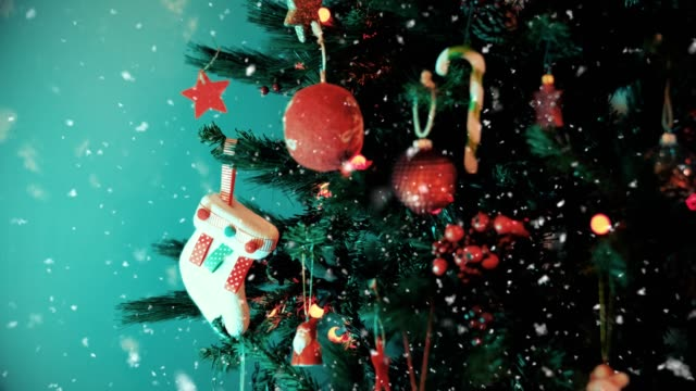 vídeos de stock e filmes b-roll de christmas tree with snowing - árvore de natal