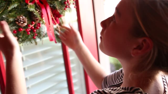 stockvideo's en b-roll-footage met christmas wreath - krans