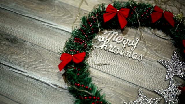 Weihnachtskranz mit Dekorationen auf hölzernen Hintergrund shabby
