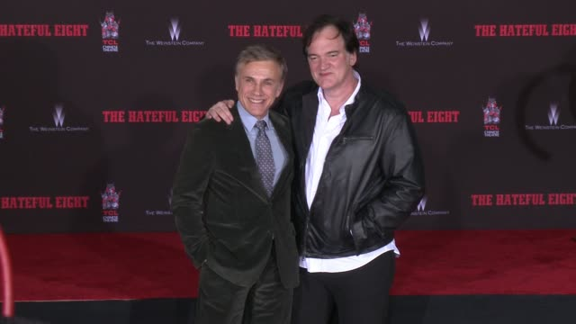 vídeos y material grabado en eventos de stock de christoph waltz and quentin tarantino at immortalized with hand and footprint ceremony at tcl chinese theatre on january 05, 2016 in hollywood,... - tcl chinese theatre