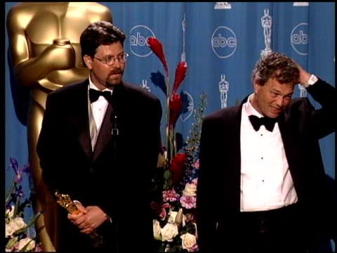 vídeos de stock e filmes b-roll de christopher boyes at the 1998 academy awards at the shrine auditorium in los angeles california on march 23 1998 - 70.ª edição da cerimónia dos óscares