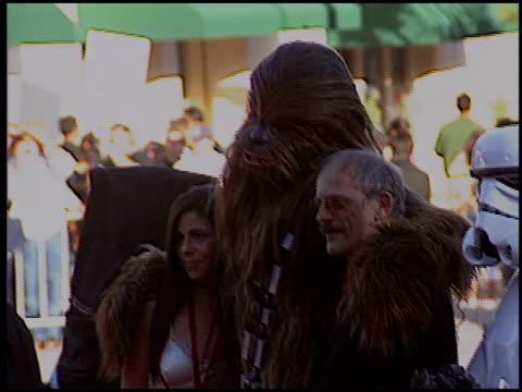 vídeos de stock, filmes e b-roll de christopher lloyd at the 'star wars: episode iii - revenge of the sith' premiere on may 12, 2005. - série de filmes star wars