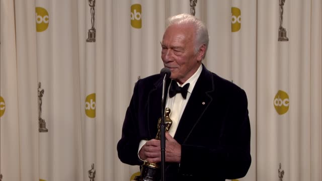 vídeos y material grabado en eventos de stock de christopher plummer on how it feels to be the oldest winner. at 84th annual academy awards - press room on 2/26/12 in hollywood, ca. - christopher plummer