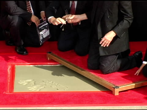 vidéos et rushes de christopher walken writes his name in the concrete at the dedication of christopher walken's hand and footprints at grauman's chinese theatre in... - béton