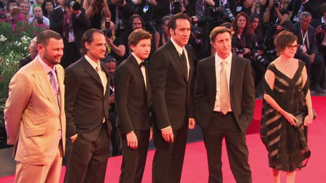 stockvideo's en b-roll-footage met christopher woodrow ronnie blevins tye sheridan nicolas cage and david gordon green at the 'joe' red carpet in venice italy on 8/30/13 - overhemd