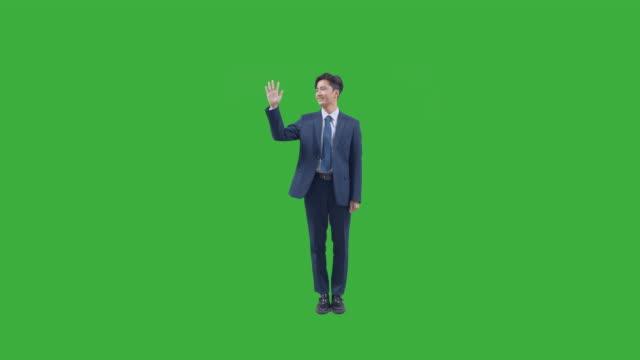 vídeos y material grabado en eventos de stock de chroma key - business person looking at camera and representing number 5 with his hand - encuadre de cuerpo entero