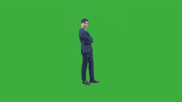 vídeos y material grabado en eventos de stock de chroma key - business person looking at camera and smiling with arms crossed - encuadre de cuerpo entero