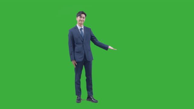 vídeos de stock e filmes b-roll de chroma key - businessman guiding as gesturing with his hands after greeting - de corpo inteiro