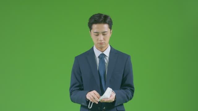 vídeos y material grabado en eventos de stock de chroma key - businessman showing right way to put protective face mask on - letra x