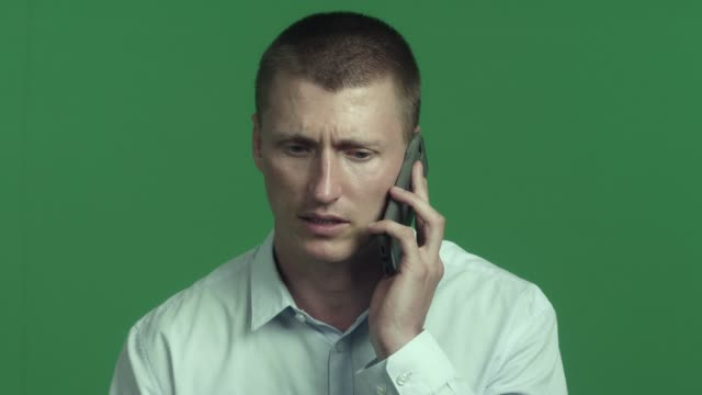 chroma key: caucasian adult man cell phone. - rede stock-videos und b-roll-filmmaterial