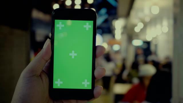 chroma-key: kunden hand - halten stock-videos und b-roll-filmmaterial