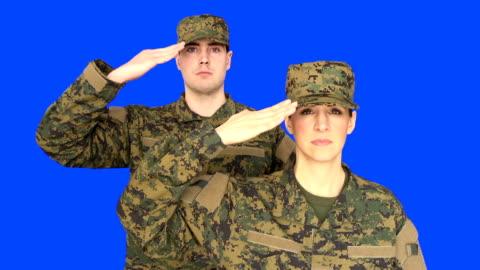 stockvideo's en b-roll-footage met chroma key of male & female soldier saluting - salueren