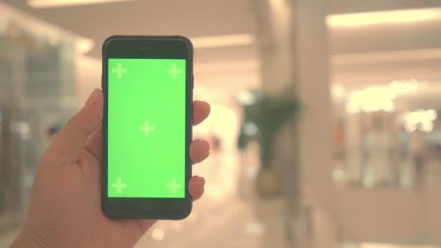 vídeos de stock, filmes e b-roll de pov: chroma chave na mão - shopping center