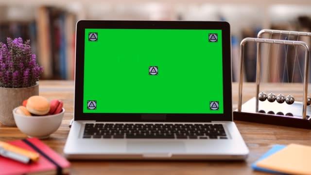 vídeos de stock, filmes e b-roll de computador portátil da tela chave de chroma na mesa - panning