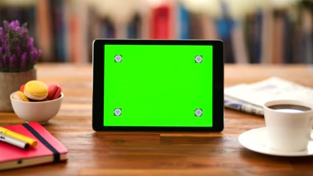 chroma key screen tablet computer auf dem schreibtisch - heranzoomen stock-videos und b-roll-filmmaterial