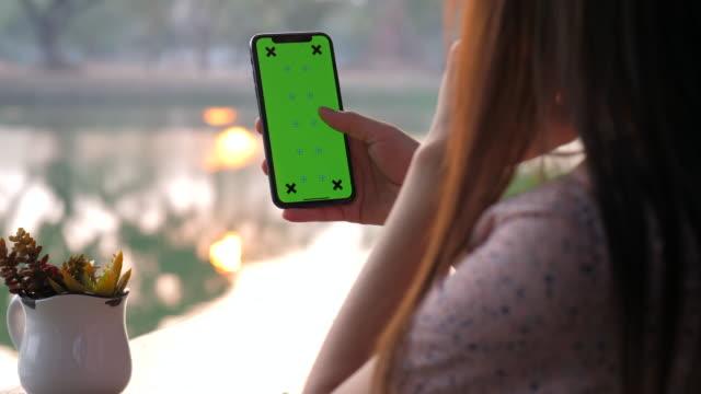 vídeos de stock, filmes e b-roll de telefone inteligente da chave chroma - portable information device