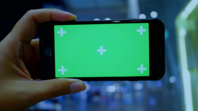 chroma key: använda telefonen med grön skärm på natten - människofinger bildbanksvideor och videomaterial från bakom kulisserna