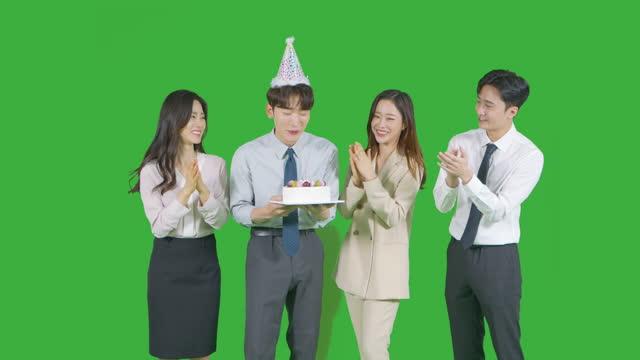 vídeos de stock e filmes b-roll de chroma key - young man holding cake and other young man and women celebrating him - camisa e gravata