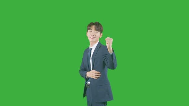 chroma key - young man making his arms crossed and shaking his fist - skjorta och slips bildbanksvideor och videomaterial från bakom kulisserna
