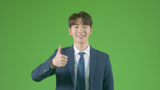 vídeos de stock, filmes e b-roll de chroma key - young man making thumbs up signal - camisa e gravata