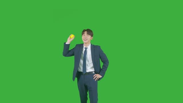 vídeos de stock e filmes b-roll de chroma key - young man throwing tennis ball - camisa e gravata