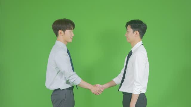 vídeos de stock e filmes b-roll de chroma key - young men shaking hands after walking in - camisa e gravata