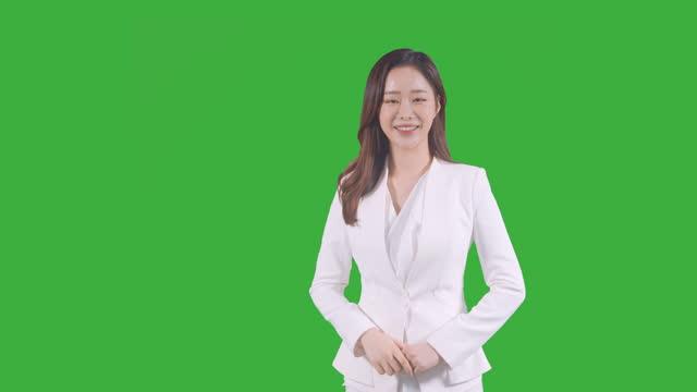 vídeos de stock e filmes b-roll de chroma key - young woman cheering up as clenching her fist - confiabilidade