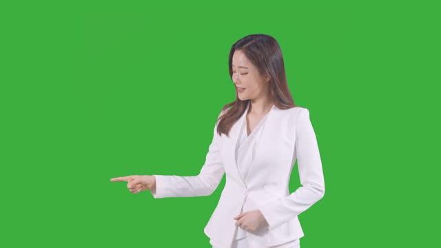 vídeos de stock e filmes b-roll de chroma key - young woman pointing finger - confiabilidade