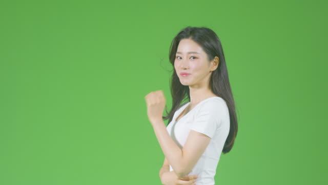 chroma key - young woman posing in the wind - profil sedd från sidan bildbanksvideor och videomaterial från bakom kulisserna