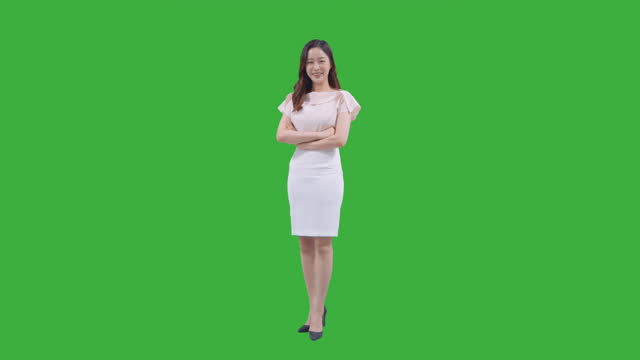vídeos de stock e filmes b-roll de chroma key - young woman smiling in arms crossed - de corpo inteiro