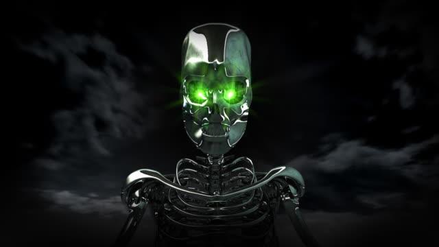 Chrome Skelett mit grünen Augen