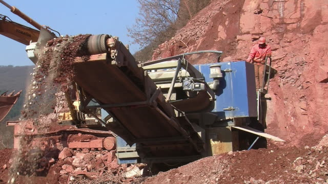 ms chrushing machine at quarry / taben-rodt, rhineland-palatinate, germany - 製造用機械点の映像素材/bロール