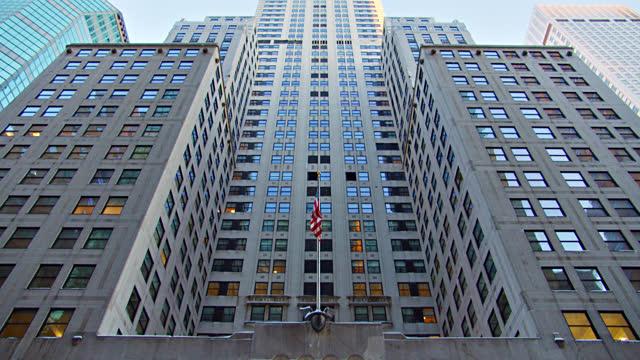 vídeos de stock e filmes b-roll de chrysler building. american flag. - prédio chrysler