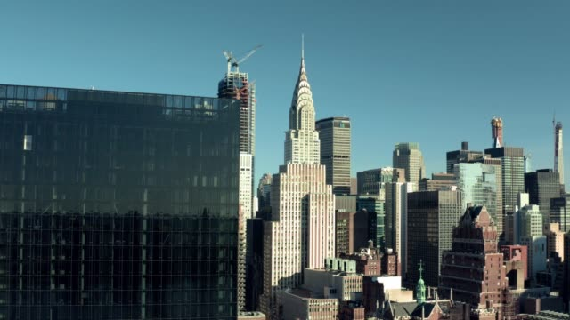 chrysler building and met lifenyc, midtown east, drone view - chrysler building stock-videos und b-roll-filmmaterial