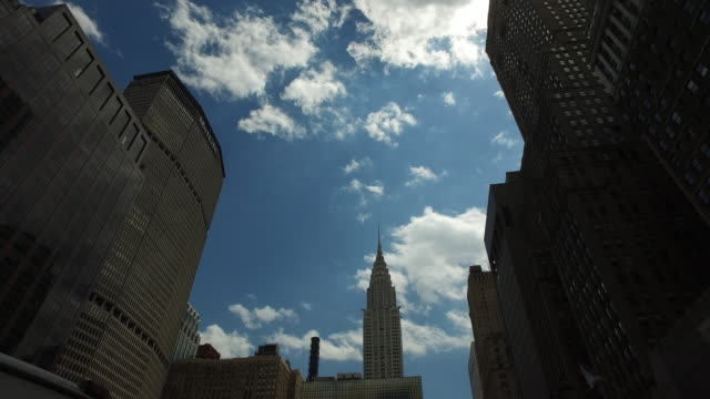 chrysler building and nyc skyline - chrysler building stock-videos und b-roll-filmmaterial