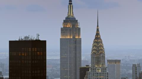 vídeos y material grabado en eventos de stock de antena chrysler building y el empire state building al anochecer - estado de nueva york