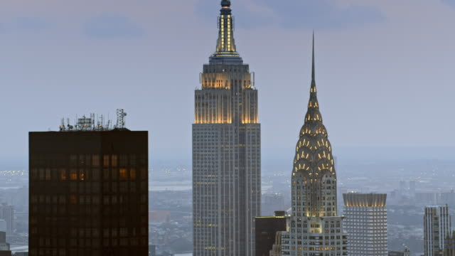 aerial chrysler building und das empire state building bei sonnenuntergang - new york stock-videos und b-roll-filmmaterial
