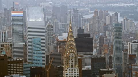 vidéos et rushes de antenne fast-mo chrysler building à new york - haut lieu touristique international