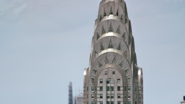 aerial chrysler building, manhattan, ny bei sonnenschein - chrysler building stock-videos und b-roll-filmmaterial