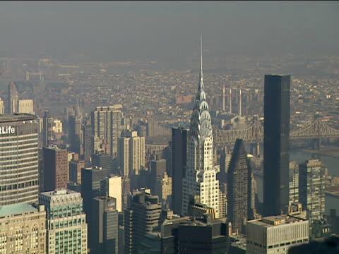 vídeos de stock, filmes e b-roll de chrysler building seen from observation platform at empire state building - grande