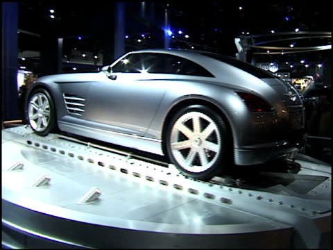 stockvideo's en b-roll-footage met ws chrysler crossfire revolving quickly on turntable / cu crossfire concept nameplate passing through frame / ws la crossfire revolving on turntable... - chrysler