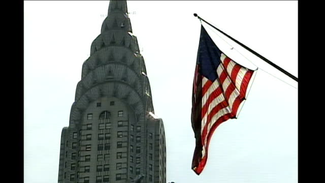 stockvideo's en b-roll-footage met ext various of chrysler building and us flag - chrysler