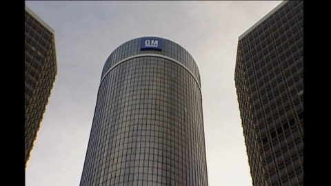 vídeos y material grabado en eventos de stock de chrysler files for bankruptcy; t05120805 washington dc: ext wide shot of gm skyscraper gm tower next to traffic lights with red light - bancarrota