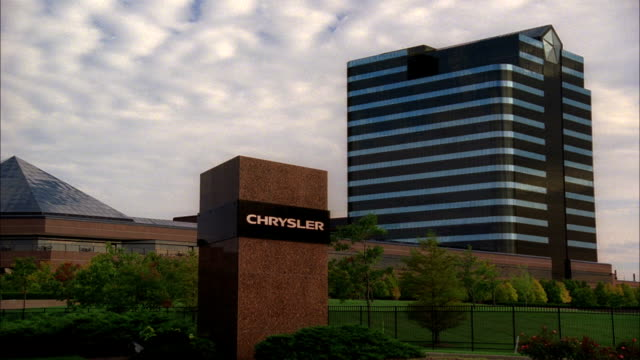 stockvideo's en b-roll-footage met ws 'chrysler' letterings on block sign daimler chrysler building bg mi daimler ag daimlerchrysler automobile industry car company - chrysler