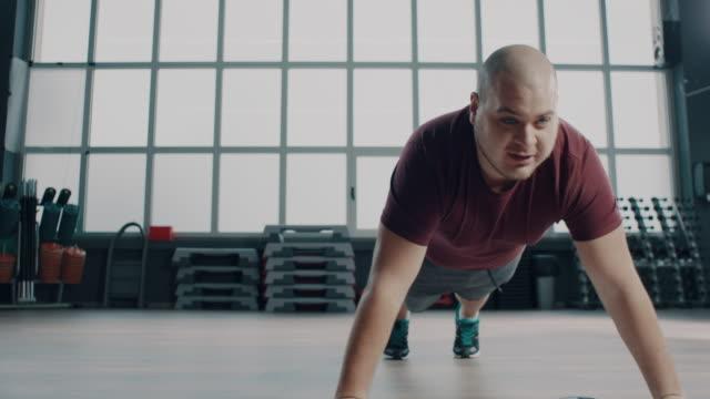 stockvideo's en b-roll-footage met mollige man doet push-ups! - grote borstspier